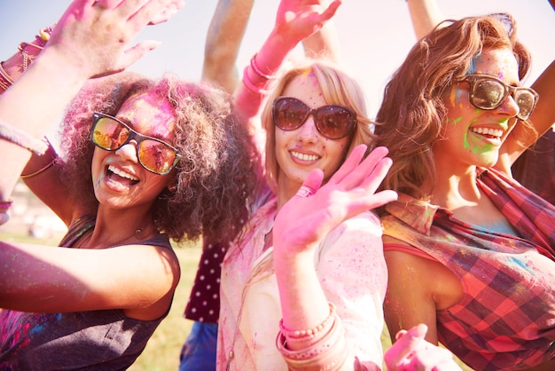 Tre migliori amici che si divertono al festival
