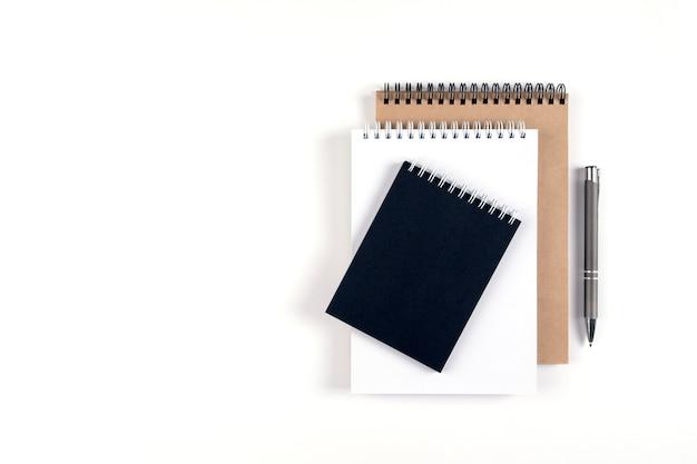 세 개의 빈 메모장과 펜