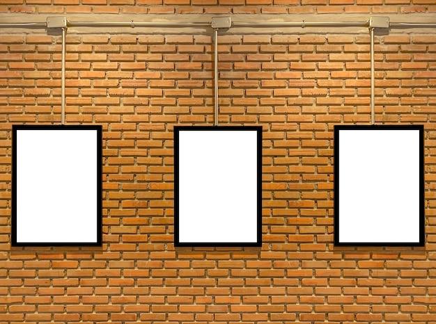 Три пустые белые рамки на кирпичной стене