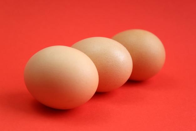 Три коричневых куриных яйца. вкусный сытный здоровый завтрак и перекус. еда и пасхальная тема.