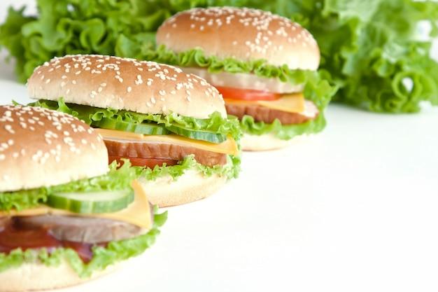 Три бургер с мясом и овощами