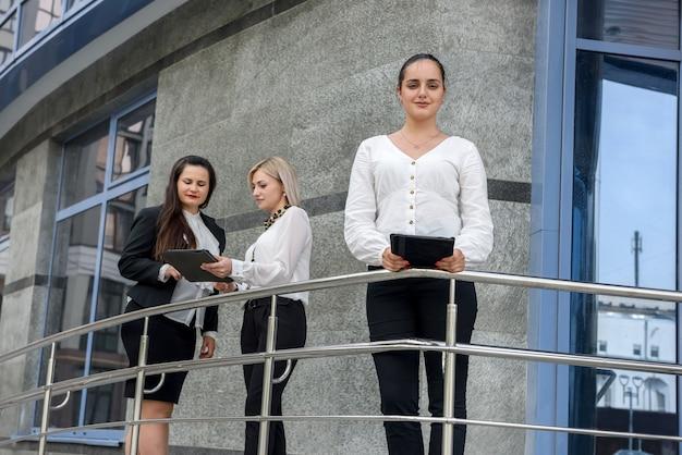 사무실 건물 외부 결정을 내리는 3 명의 비즈니스 동료