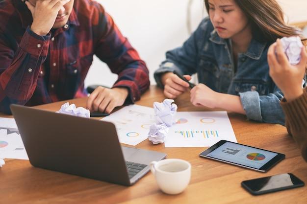 Три бизнесмена испытывают стресс во время деловой встречи