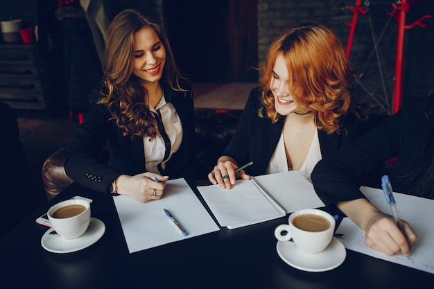 Tre imprenditrici in un caffè