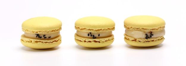마카롱 또는 마카롱 옐로우 레몬 색의 세 케이크