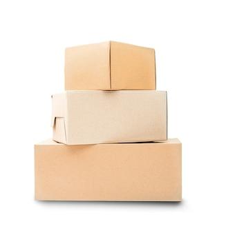 스택에 있는 세 개의 판지 상자는 흰색 배경에 격리된 서로 위에 서 있습니다.