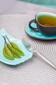 3 근대 잎과 회색 벽에 차 한잔. 다이어트 개념, 복사 공간