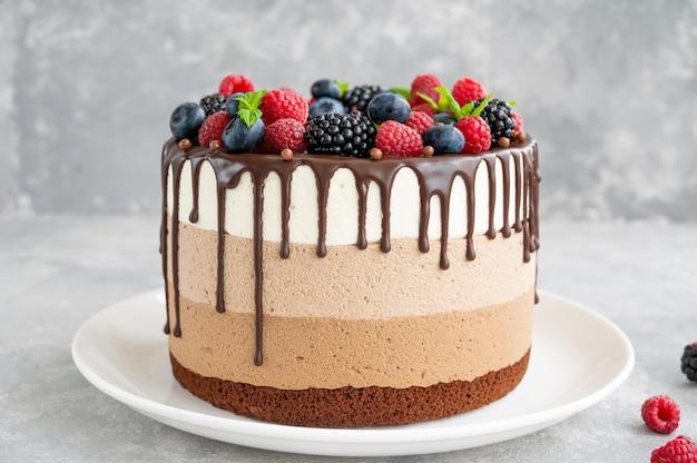 Три шоколадных мусса с шоколадной глазурью, черника, малина и ежевика сверху