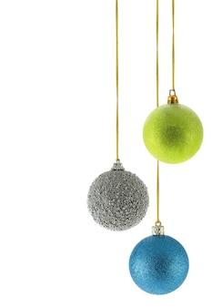白い背景の上に分離された3つのクリスマスボール