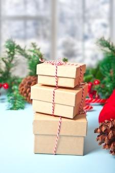 세 개의 크리스마스 선물 상자.