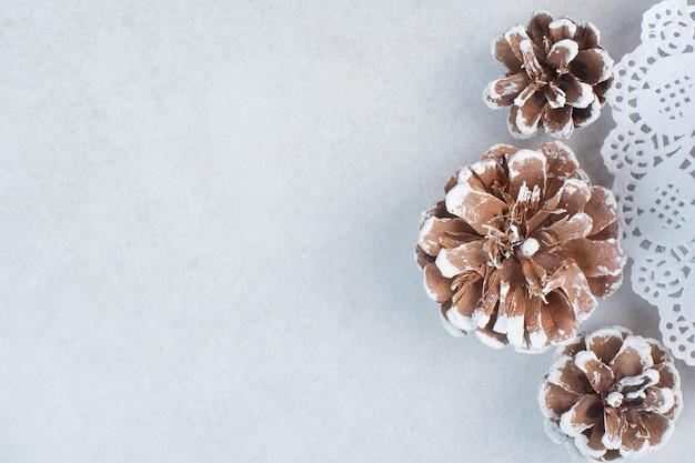 白い背景の上の3つのクリスマスの松ぼっくり。高品質の写真