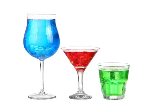 白で隔離される3つのカクテル赤青と緑