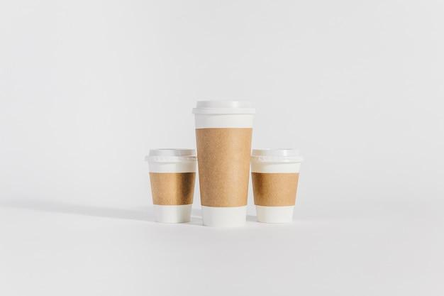 サイズの異なる3つのコーヒーカップ