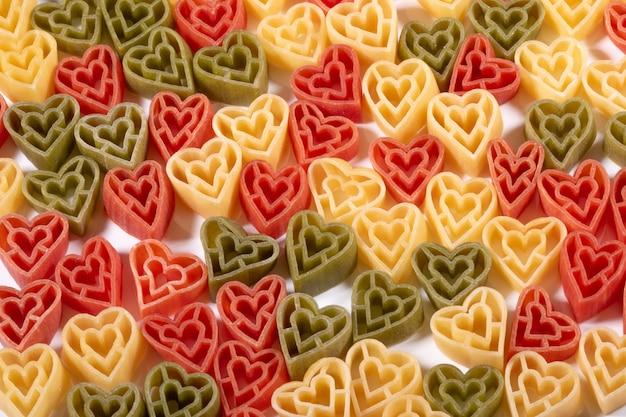 Три цвета, в форме сердца, итальянская паста фон
