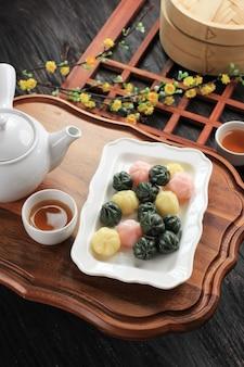 삼색 꿀떡은 꿀과 참깨를 듬뿍 넣은 공 모양의 떡으로, 추석을 기념하는 한국의 전통 과자입니다. 개념 한국 문화