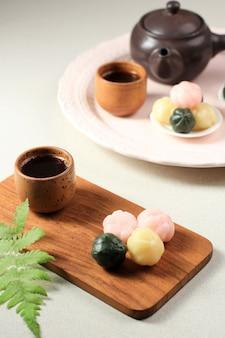 삼색 꿀떡은 꿀과 참깨를 듬뿍 넣은 공 모양의 떡으로, 추석을 기념하는 한국 전통 과자입니다.