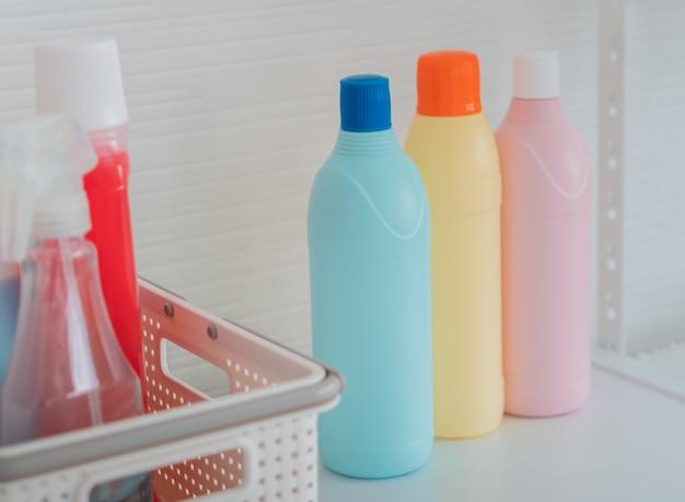 製品のモックアップ用の白い棚にある洗浄液ボトルと洗浄液ボトルの3色セット。