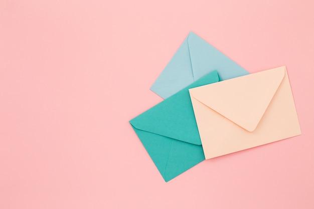 ピンクの表面に3色の封筒