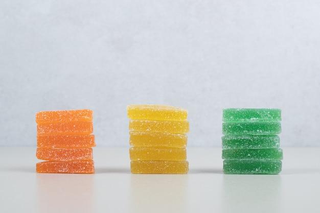 白い表面に3色のゼリーキャンディー