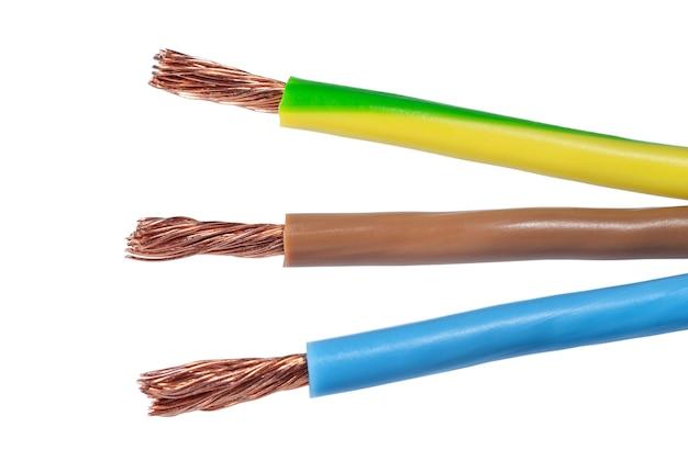 Три цветных провода электрического кабеля на белом