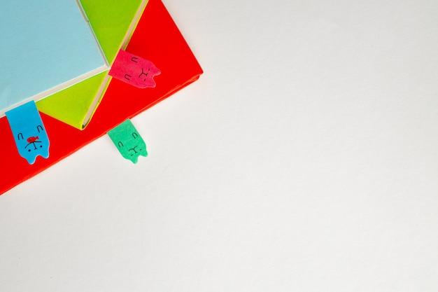 책상 상단보기 복사 공간에 3 개의 다채로운 notepads