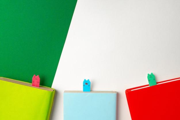 책상 상단보기에 3 개의 다채로운 notepads