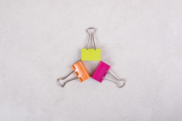 흰색 바탕에 3 개의 다채로운 종이 클립
