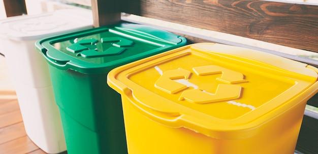 Три красочные мусорные баки для сортировки мусора. для пластика, стекла и бумаги