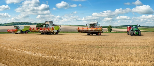 Три комбайна на уборке урожая, завершение работ
