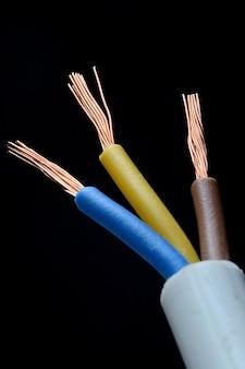 Трехжильный электрический кабель с изоляцией коричневого, синего и желтого цветов.