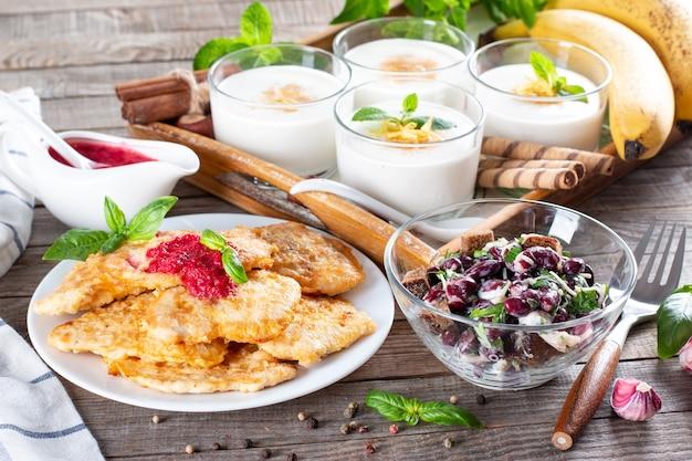 영양가 있는 건강한 점심을 위한 3코스 세트 메뉴. 비즈니스 런치, 음식 세트 런치에 3가지 코스가 테이블에 세팅되어 있습니다. 카페에서 점심으로 3가지 풀세트