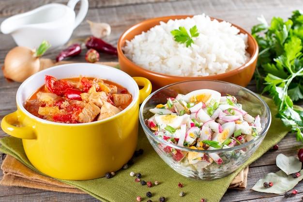 영양가 있는 건강한 점심을 위한 3코스 세트 메뉴. 비즈니스 런치, 음식 세트 런치에 3가지 코스가 테이블에 세팅되어 있습니다. 카페 런치 3종 풀세트