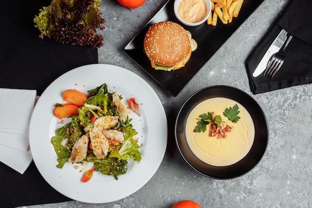 Набор из трех блюд на столе в ресторане бизнес-ланча