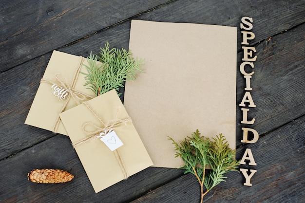 공예 봉투 3 개와 공예 종이 1 장. 문자와 메시지를 넣습니다. 수제 선물 포장. 글자는