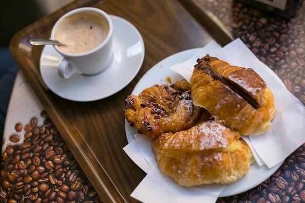 아침에 카푸치노 커피와 함께 3가지 크루아상 조식.