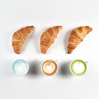 크루아상 3 개와 커피