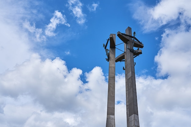 Три креста с якорями, памятник павшим рабочим верфи на площади солидарности в гданьске, польша cruz