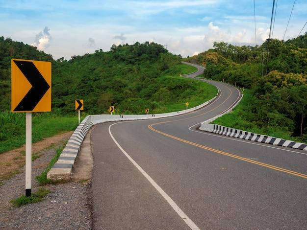 タイ、ナン州の緑豊かな山の森の旅行アトラクションにある3つの曲線状の道路