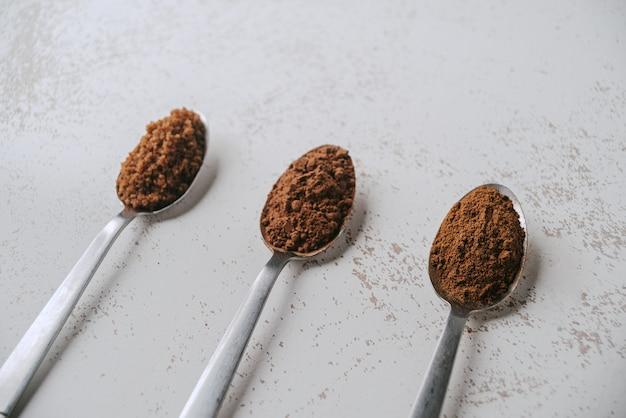 콜롬비아 초콜릿을 준비하기 위한 재료와 함께 세 개의 대각선 스푼.