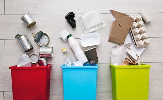 쓰레기 분류를위한 세 가지 다른 용기. 플라스틱, 종이, 금속 용