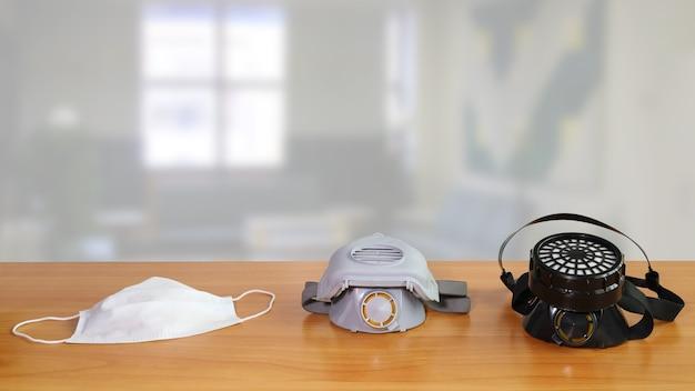 세 가지 다른 호흡기 보호 장치가 테이블에 있습니다.