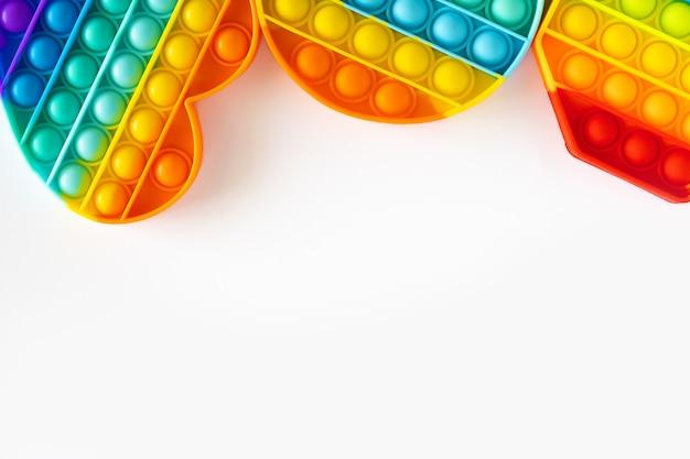 세 가지 다른 모양의 다채로운 스트레스 방지 감각이 격리된 흰색 배경에 장난감을 팝니다. 장난감 복사 공간을 팝니다. 텍스트를 위한 장소입니다.