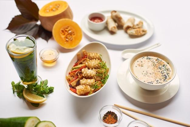 민트 차를 먹을 준비가 된 세 가지 점심 식사.