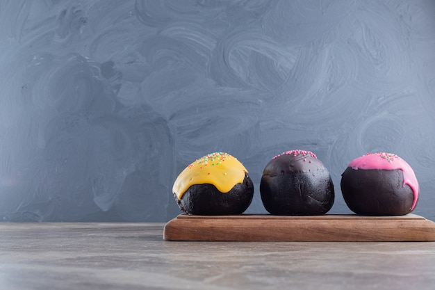 木の板に3つのドーナツ。
