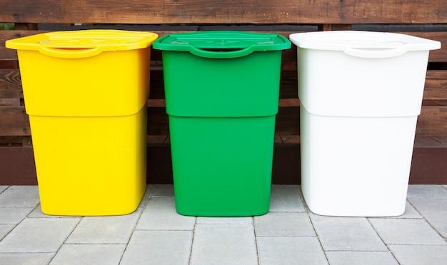 裏庭のゴミを分別するための3つのゴミ箱