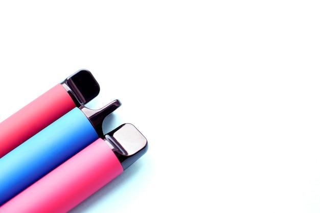 Три электронные сигареты на белом фоне. место для вашего текста.