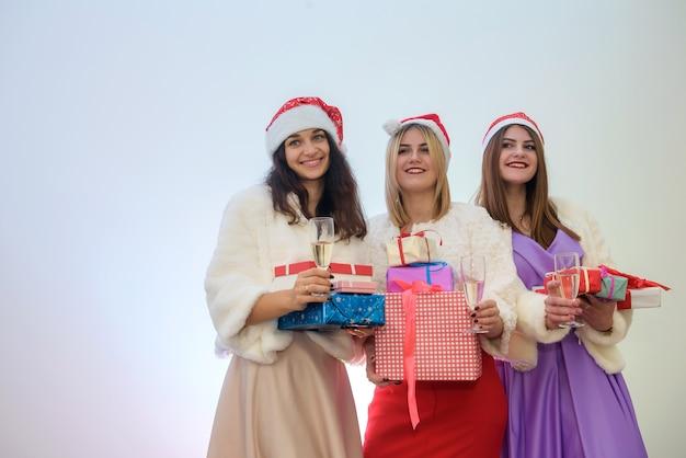 Три элегантные женщины с подарочными коробками. с новым годом