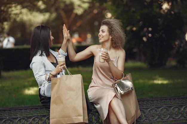 도시에서 쇼핑백과 세 우아한 여성