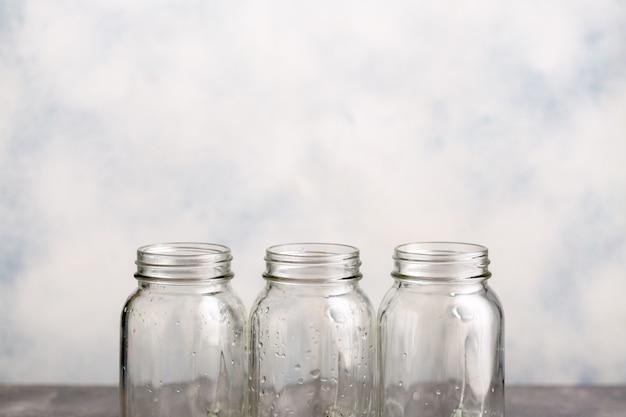 水滴が入った3つの空のきれいな缶詰の瓶。水滴が入った3つの空のきれいな缶詰の瓶。