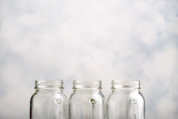 水滴が入った3つの空のきれいな缶詰の瓶